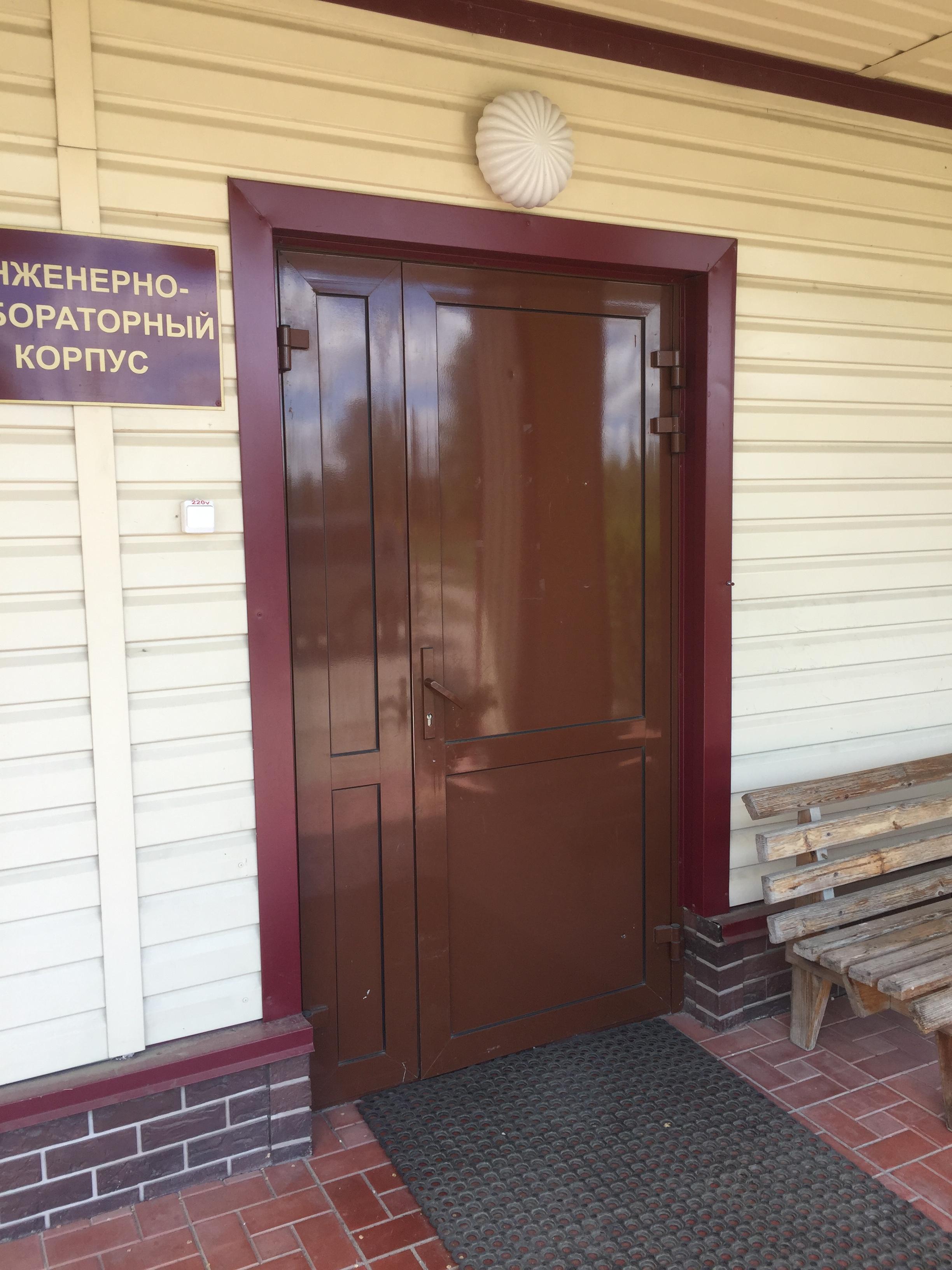 двери алюминиевые в составе входной группы