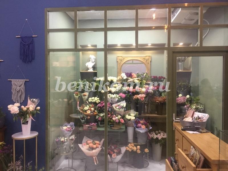 Остекление витрины холодильника в цветочном магазине